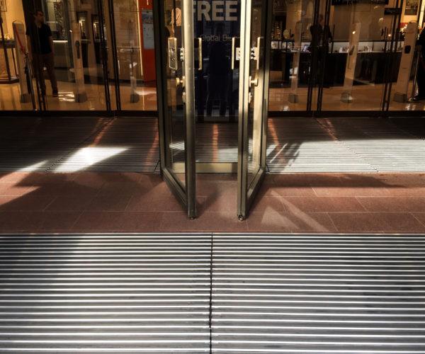 1-ДЛТ-Грязезащитные решетки на входе и в тамбурном помещении