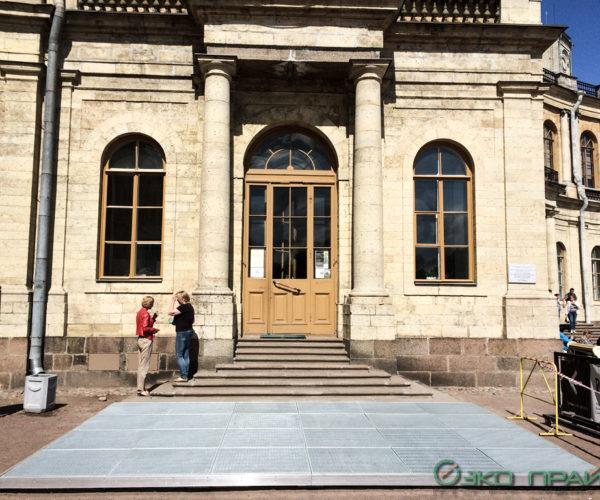 1-Гатчинский дворец-Грязесборная решетка перед входом на опорном каркасе