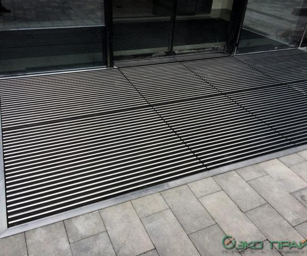 2-Экспофорум-Грязесборная алюминиевая решетка перед входом