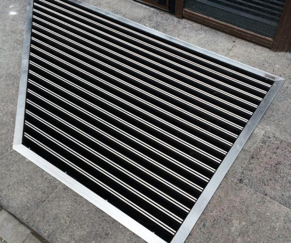 2-ФОК-Алюминиевая грязезащитная решетка сложной формы на опорном каркасе