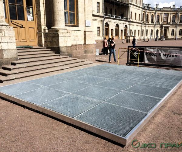 2-Гатчинский дворец-Решетка из прессованного настила 33х11 перед входом на каркасе