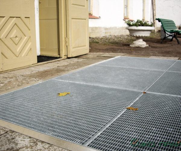 5-Приоратский доврец-Уличная решетка перед входом