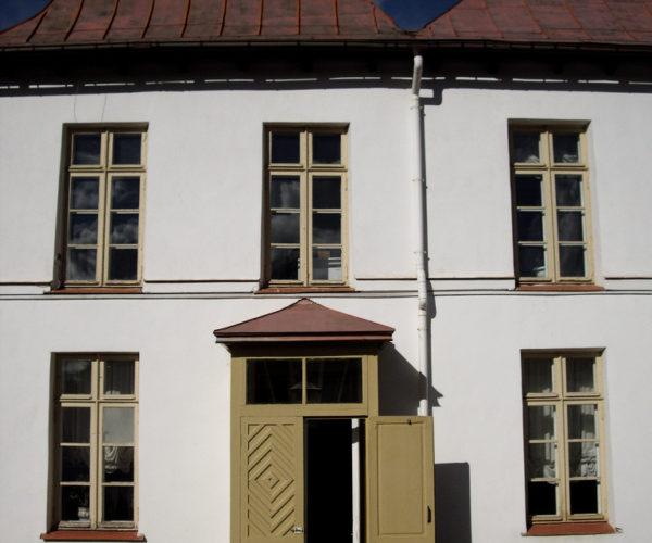 6-Приоратский доврец-Грязеочистные решетки перед входом в здание
